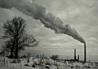 黒煙を上げる工場